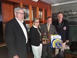ID Markus ja Presidentti Veikko antoivat Melvin Jones Fellow:n ensimmäistä kertaa klubin jäsenen puolisolle Pirkko Jaatiselle.