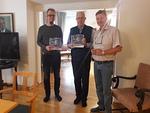 Klubipuolesta Veikko lahjoitti Mikaelille ja Tusselle muistoksi klubin 50 vuotis-historiikin
