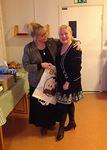 Klubilaiset Ilona ja Tarja iloisissa tunnelmissa juuri ennen Ystävänpäiväiltamien alkua.
