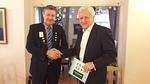 Presidentti Veikko antoi Peterille muistoksi klubimme 50 vuotis historiikin.