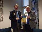 IPIP Bob Corlew ojensi Veikolle LCIF:n standaarin näkövammaisten lasten eteen tehdystä työstä.