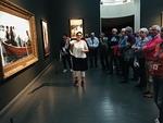 Ateneumissa opas esittelemässä suomalaista taidetta.