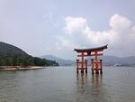 Torii-portit merkitsev�t p��sy� pyhiin paikkoihin, joita ovat esimerkiksi monet luonnonkauniit saaret ja vuoret sek� temppelit. Kuvassa torii-portti Miyajiman saaren edustalla.