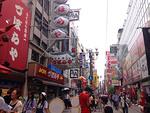 Asuin melko l�hell� 2,7 miljoonan asukkaan suurkaupunki Osakaa. 60 kilometrin s�teell� Osakasta asuu 17 miljoonaa ihmist�.