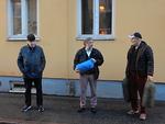 Veljet Timo Koivisto vas. ja Arto Hakala oik. ovat tuomassa lahjoituksiaan presidentti Jukka Olanderille kesk.