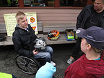 Matti Marjamäki kertoi omasta vammautumiseen johtaneesta moottoripyöräonnettomuudestaan. Sylissään Matilla on hänen henkensä pelastanut kypärä.