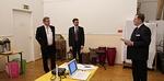Klubilupausten kertominen uudelle jäsenelle Ari Nivalle presidentin Jukka-Pekka Alasuutarin toimesta. Kummina toimii Jarmo Jokelainen.