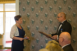 D-piirin piirikuvernööri Veijo Suhonen luovutti klubin virallisen perustamiskirjan Eija Loimulalle.