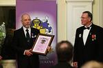 Klubin 60-vuotisjuhlassa palkittiin ARS ritarin arvolla Ari Häkkinen ansioistaan lionstyön hyväksi. Oikealla ritariksilyöjä Lions-liiton entinen puheenjohtaja Seppo Söderholm.