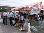 Markku Welling myi kalastustarvikkeita Maken Kalastuksen myyntipisteessä.