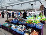 Markkinoilla on oli tarjolla tavaraa laidasta laitaan. Yhteensä myyjiä oli satakunta.