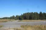 """Taipaleen Terenttilässä on nykyisin käytössä oleva yksityinen lentokenttä. Edessä Talvisodan ajalta kuuluisiksi tulleet """"Kansakoulun metsikkö"""" ja kauempana vasemmalla """"Pärssisen metsikkö"""". Terenttilän tukikohdat menetettiin 20.2.1940."""