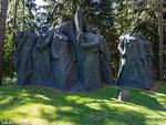 Maanalaiset neuvostopartisaanit -veistos. (Grutas Park, Liettua; alkujaan 1983 Vilnassa, Liettuassa)