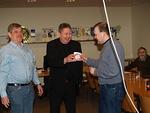 Presidentti Simo ja Jaakko kiittivät Sakaria esitelmästä, lahjoittamalla Berliinin munkin.
