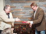 Kokoussihteeri Jaakko Koskinen onnitteli presidentti Kari Kammosta syntymäpäivän johdosta ja lahjoitti muistipelin.