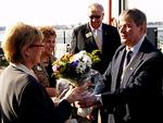 Presidentti Simo Pääkkönen ojensi kukkaset heti laivarannassa kunniavieraitten puolisoille, Linda Maddenille ja Sirkku Ala-Kuljulle.  Taustalla myhäilee kv-varapresidentti Wayne Madden.