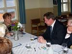 Pöydän toisessa nurkkauksessa keskustelivat varapresidentin puolison Linda Maddenin kanssa Raimo Paappa ja Kauko Palvalin sekä pöydän toisella puolella olleet avec´it Eeva Varsila ja Raija Ilmarinen.