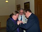 Presidentti Simo Pääkkönen luovutti Liiton myöntämät ansiomerkit Olli ja Ritva Tiaiselle.  Ollille yhden ruusukkeen ansiomerkki ja Ritvalle lady-ansiomerkki.