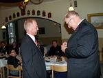 Kv-varapresidentti Madden antoi tukensa jäsenehdokas Kalle Aholalle antamalla hänelle kauden 2011-2012 kv-presidentin pinssin.