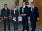 Floorankentän standaari on luovutettu PID Harri Ala-Kuljulle ja Suomenlinnan opaskirjanen Sirkku Ala-Kuljulle. Oik. presidentti Simo Pääkkönen ja vas. seremoniamestari Kyösti Pyysalo.