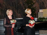 Solisti Margit Tuokko ja kuoron johtaja Hanna Remes kukitettuina.