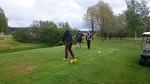 Golf-kisa alkoi.  Lyömässä Mikko Liski, taustalla Raimo Paappa ja Ari Kämäri.  Kuva Ari-Pekka Viljamaa.