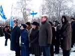 Kunniakäynti on päättynyt.  Ensiksi poistuivat lions-liput Suomen lippua seuraten. Floorankentän edustus oli yleisön kakkosrivistön kärjessä.