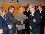 Kuvernööri Pekka Sarvanto onnitteli Kyöstiä kv-presidentti Sid Scruggs´n myöntämästä erittäin hyvän lohkon puheenjohtajan palkinnosta.