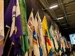 Floorankentän lippu lippurrivistössä kokoushallin seinustalla.
