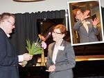Konsertti-illan päätteeksi presidentti Kari Kammonen ojensi kiitoskukat myyntipäällikkö Hellin Tapionlinnalle.  Kuvaan upotetusta pienkuvasta näkyy, kuinka Tapionlinna eläytyi työnantajansa Steinway Piano Galleryn soittimien esittelyyn.