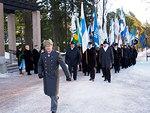 Lippukulkue lähdössä sankarihaudoille, johtajanaan eversti Timo Pöysti.