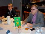 Pöydän päässä istuivat 2.VDG Markku Vesikallio ja presidentti Pertti Huovinen.