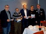Jäsenyyden määrävuotisen Chevronin saivat tässä kokouksessa Hannu Salo (vas., 35 v.), Mikko Latva (30 v.), Kari Vento (25 v.) ja Simo Pääkkönen (10 v.).  Kuvassa oikealla Päämajan lähettämät Chevronit luovuttanut varapiirikuvernööri Markku Vesikallio.