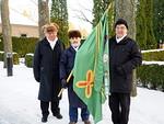 Kunniakäynti on päättynyt. Kuvassa vas. Antti Tuomikoski, lippua kannattelee Mikko Latva ja oik. Kyösti Pyysalo.  Kuvannut Jatta Tuomikoski.