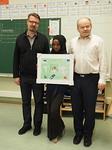 Eläintarhan koulussa rauhanjulistekilpailun voittaja Salma Sayid pitelee voittajatyötään.  Kuvassa vasemmalla hänen opettajansa Petri Kiuru ja oikealla Floorankentän edustaja Matti Pirjetä.