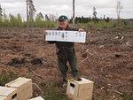 Metsänhoidonneuvoja Pekka Oksanen antoi ensin oppitunnin puunistutuksesta, ennen kuin päästi floorankenttäläiset työmaalle. HS