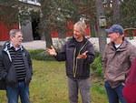 Kävelyretken lopussa arboretumin isäntä Ari Laakso (kesk.) kiitti vierailijoita käynnistä.
