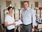 Floorankentän presidentti Kari Kammonen luovutti stipendikirjekuoren Eläintarhan ala-asteen koulun rehtorille Maria Uutaniemelle.