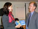 Kiitokseksi alustuksesta Anni Mikkonen sai presidentiltä Leijonan jalanjäljillä.