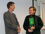 Presidentti ojensi Eero Lehtiselle Floorankentän pöytästandaarin.
