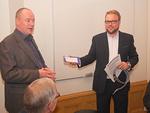 Klubin jäsen Mikko Liski (vas.) myi työnantajalleen 20 adventtikonserttilippua asiakas- ja henkilökuntakäyttöön. Elinan ostamat liput vastaanotti toimitusjohtaja Petri Wuotila.