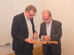 Presidentti Kari Kammonen luovutti kiitokseksi leijonavyön myös toiselle alustajalle, Urheilumuseosäätiön johtajalle Pekka Honkaselle.