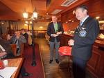 Presidentti Kari Kammonen luovutti kuvernööri Teeriojalle klubimme pöytästandaarin kiitokseksi ja muistoksi vierailusta klubissamme.