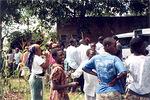 Aurinkokeittimistä kiinostuneita kyläläisiä