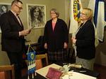 Past presidentti kysyy kandidaatilta kysymykset, presidentti Liisa lupautui kummiksi lionskysymyksiä
