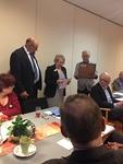 Lion Erkki Pihkoluoma taulun kuvaaja ja presidentti Liisa kertomassa taulun käyttöohjeista.