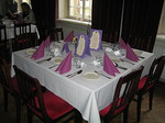Upeasti katettu ja koristeltu juhlapöytä