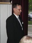 Lc Helsinki/ Kontulan presidentti Pekka Kilpikoski luovutti klubinsa pöytästandaarin, 40-vuotishistoriikin, klubin aktiviteeteissa myytävän kynttilän<br>ja onnitteluadressin.