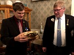 Past presidentti Otso Huuska sai M-piirin 100 % presidentin palkinnon ja ihailee tässä hänen kaudellaan ansaittua piirin parhaan klubin Leijona-kiertopalkintoa