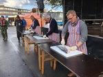 Perinteisessä kalankäsittelykilpailussa lohista syntyi erilaisia fileitä Jussi Paavolan, Tero Aspolan ja Taisto Heikkilän nikkaroimana. Taustalla vääräleuka, kala-ammattilainen Vesa-Pekka Rantamaa ja juontaja Otso Huuska